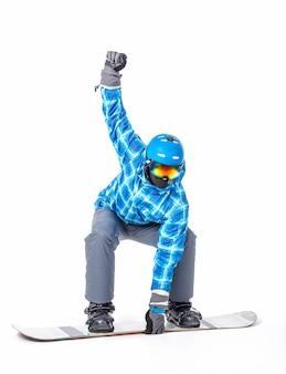 Ritratto del giovane in abiti sportivi con lo snowboard isolato su bianco