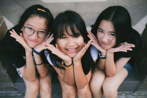 Ritratto del gruppo di adolescente asiatico che si distende e che propone