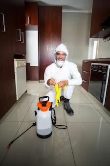 Ritratto del lavoratore manuale che indossa i guanti protettivi