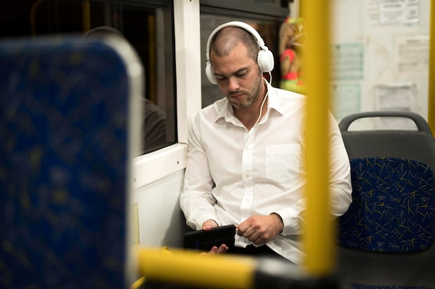 Ritratto del maschio adulto che ascolta la musica
