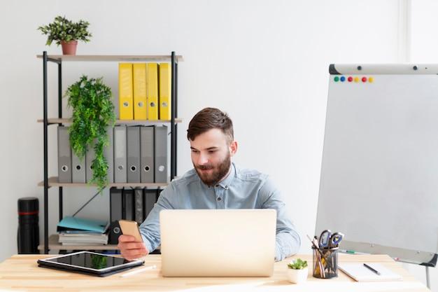 Ritratto del maschio adulto che lavora dall'ufficio