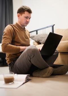 Ritratto del maschio adulto che lavora dalla casa