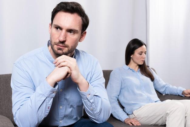 Ritratto del maschio adulto che pensa alla separazione della famiglia