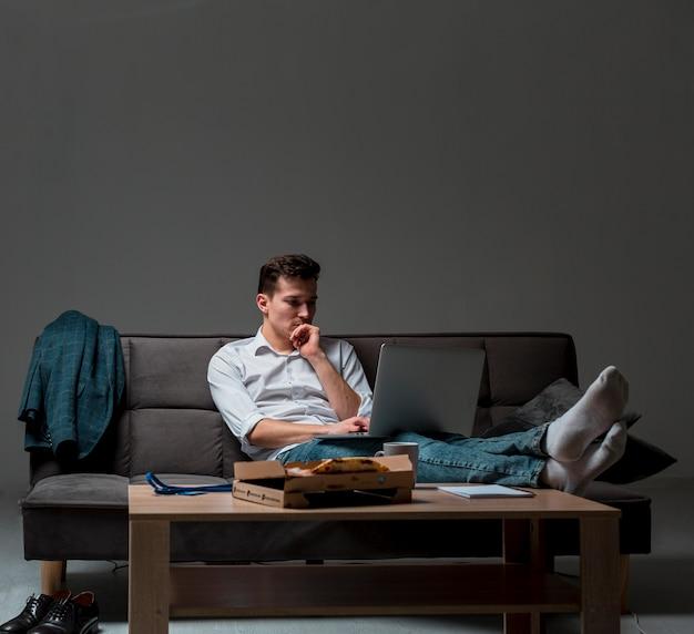 Ritratto del maschio adulto che pensa alle scadenze del lavoro