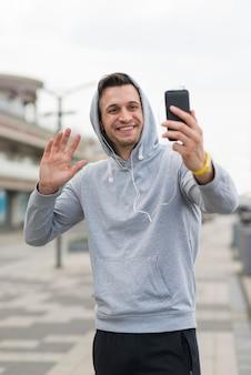 Ritratto del maschio adulto che prende un selfie