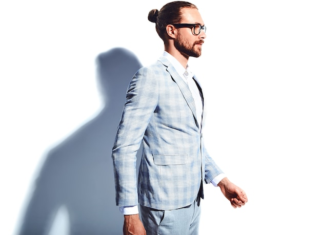 Ritratto del modello di uomo d'affari alla moda hipster alla moda bello vestito in elegante abito azzurro in bicchieri
