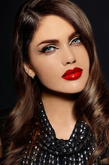 Ritratto del modello sexy bella elegante giovane donna caucasica con labbra rosse naturali
