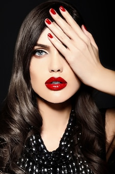 Ritratto del modello sexy bella elegante giovane donna caucasica con labbra rosse