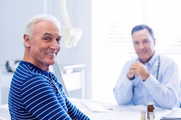 Ritratto del paziente senior che sorride nella clinica