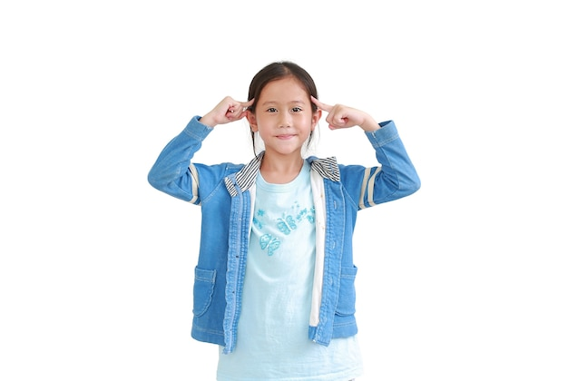 Ritratto del piccolo bambino asiatico che indica due dito indice alla testa