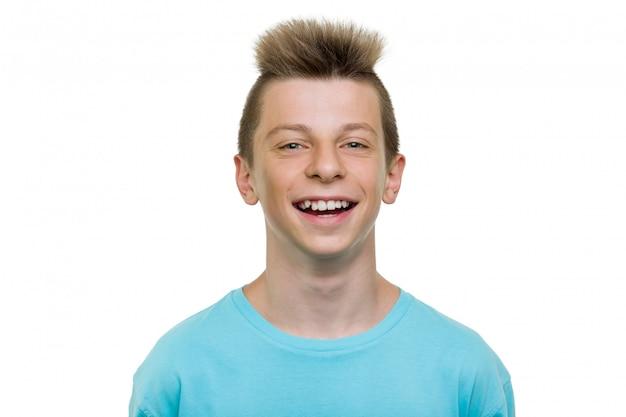 Ritratto del primo piano del ragazzo di risata felice dell'adolescente