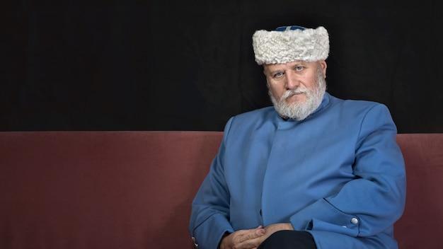 Ritratto del primo piano dell'uomo anziano con la barba che guarda l'obbiettivo