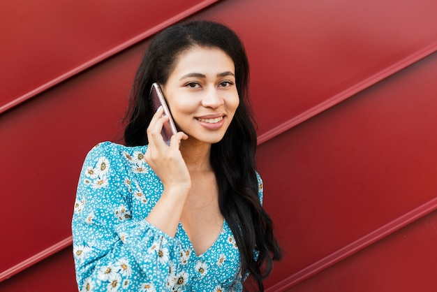 Ritratto del primo piano della donna che parla sul telefono