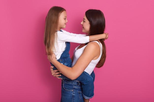 Ritratto del primo piano della madre felice e della sua piccola figlia