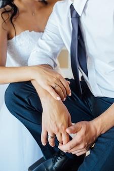Ritratto del primo piano della sposa e dello sposo.