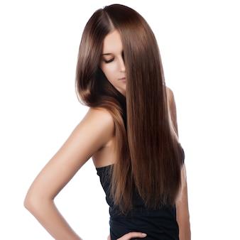Ritratto del primo piano di bella giovane donna con capelli brillanti lunghi eleganti