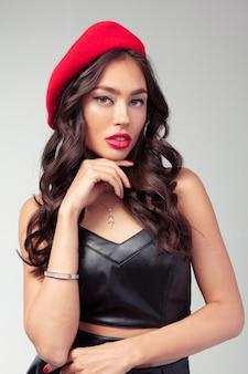 Ritratto del primo piano di bella giovane donna francese con rossetto rosso