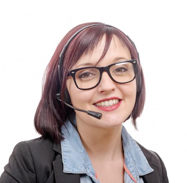 Ritratto del primo piano di giovane donna sorridente con la cuffia avricolare