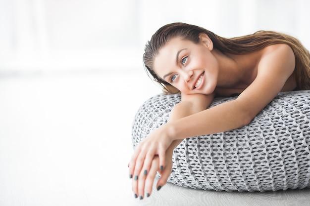 Ritratto del primo piano di giovane rilassamento attraente di inoors della donna. ritratto di bellezza spa viso. signora che riposa a casa. immagine alta vicina della ragazza di bautiful