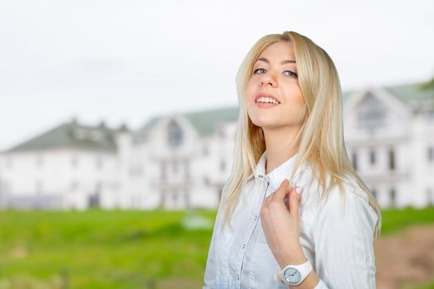 Ritratto del primo piano di giovane sorridere sveglio della donna di affari