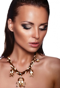Ritratto del primo piano di look.glamor di alta moda di bello modello caucasico sexy della giovane donna del bello brunette alla moda con trucco luminoso