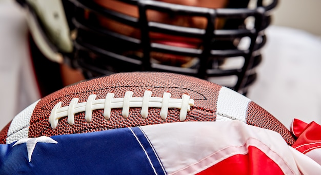 Ritratto del primo piano di un giocatore di football americano aggressivo.