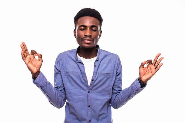 Ritratto del primo piano giovane uomo bello, felice, sorridente, eccitato che dà segno giusto con le dita, muro grigio nero isolato. emozioni umane positive espressioni facciali, simbolo
