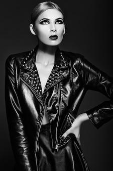 Ritratto del primo piano look.glamor di alta moda di bello modello di giovane donna bionda alla moda sexy con trucco luminoso con le labbra rosse con pelle pulita perfetta in panno nero