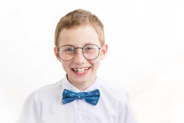 Ritratto del ragazzino sorridente in vetri su fondo bianco
