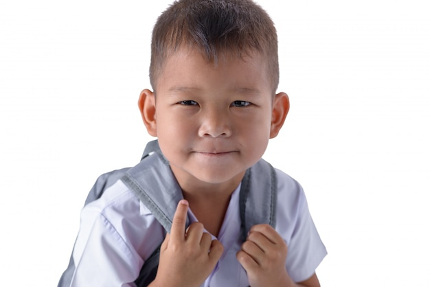 Ritratto del ragazzo di campagna asiatico in uniforme scolastico isolato su bianco