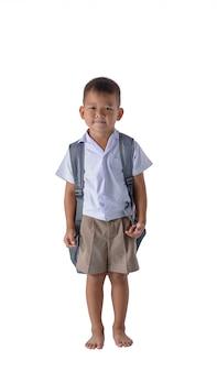 Ritratto del ragazzo di campagna asiatico in uniforme scolastico isolato su fondo bianco