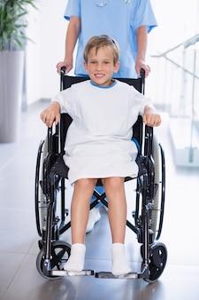 Ritratto del ragazzo disabile sorridente in sedia a rotelle