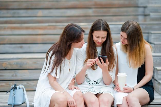 Ritratto del selfie di stile di vita di giovani ragazze positive divertendosi e facendo selfie. concetto di amicizia e divertimento con le nuove tendenze e tecnologie. le migliori amiche salvano il momento con uno smartphone moderno