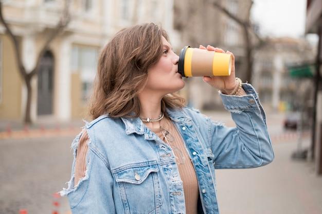 Ritratto dell'adolescente che beve caffè