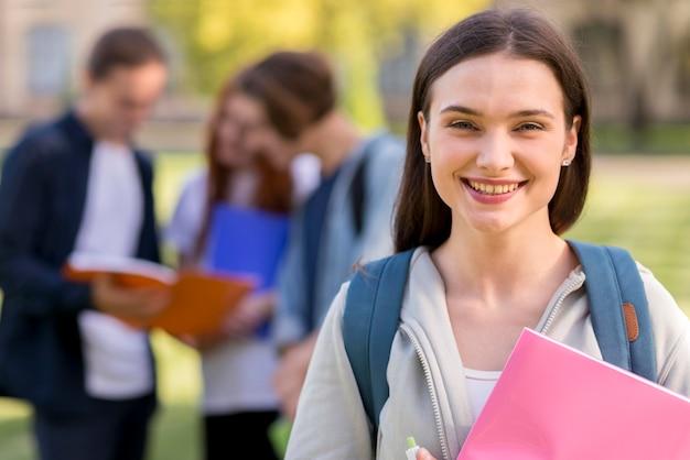 Ritratto dell'adolescente felice di essere di nuovo all'università
