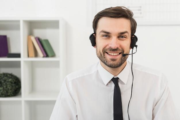 Ritratto dell'agente del call center di sesso maschile