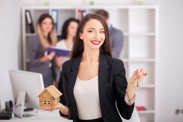 Ritratto dell'agente immobiliare con la famiglia che ottiene nuova casa.