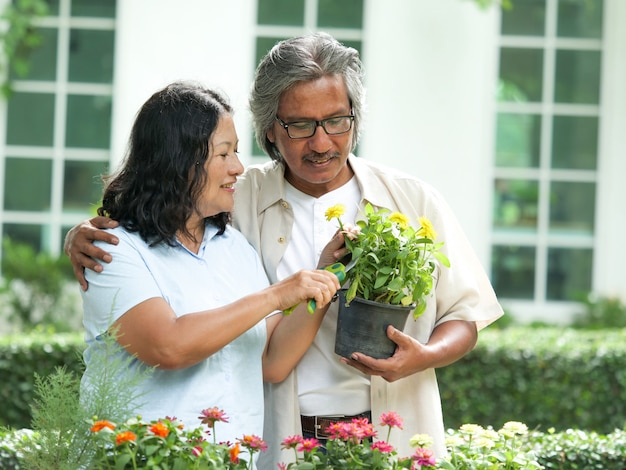 Ritratto dell'anziano delle coppie nel giardino floreale
