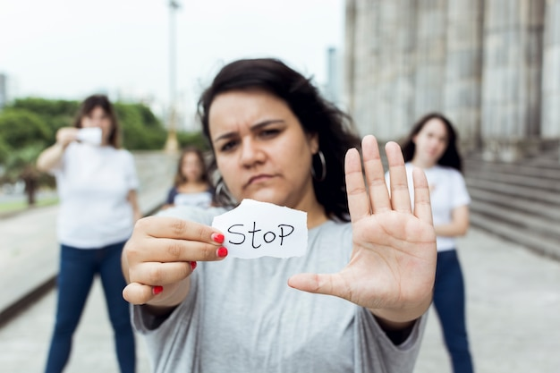 Ritratto dell'attivista femminile che dimostra