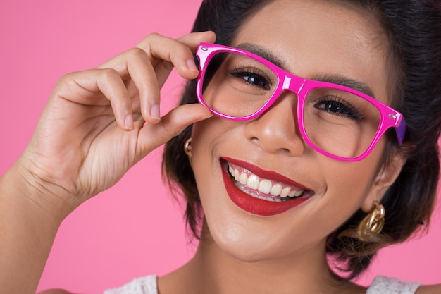 Ritratto dell'azione della donna di modo con gli occhiali da sole