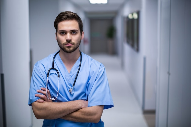 Ritratto dell'infermiere maschio che sta in corridoio