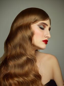 Ritratto dell'interno del primo piano della ragazza adorabile con capelli variopinti. graziosa giovane donna con un lungo taglio di capelli