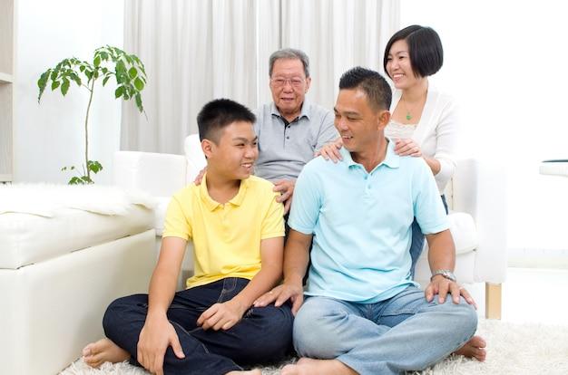 Ritratto dell'interno della bella famiglia asiatica di 3 generazioni