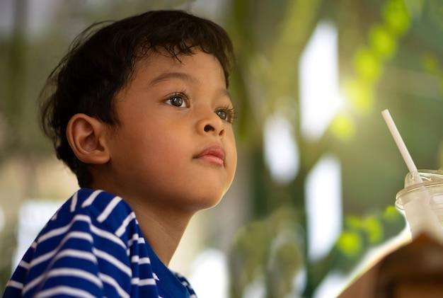 Ritratto dell'interno di un bambino asiatico