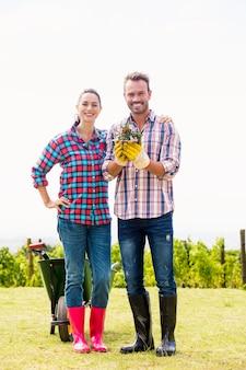 Ritratto dell'uomo con la donna che tiene pianta in vaso
