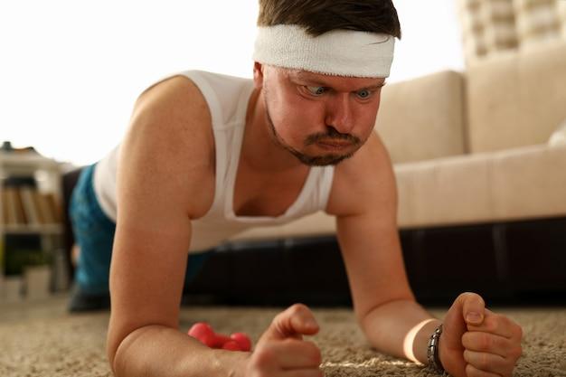 Ritratto dell'uomo invecchiato centrale che fa fronte divertente mentre preparandosi a casa.
