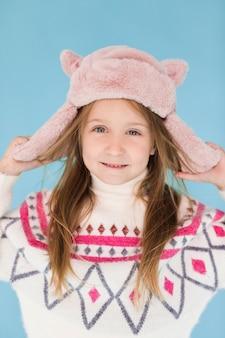 Ritratto della bambina che esamina fotografo