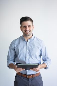 Ritratto della cartella sorridente della tenuta dell'uomo d'affari con i documenti.