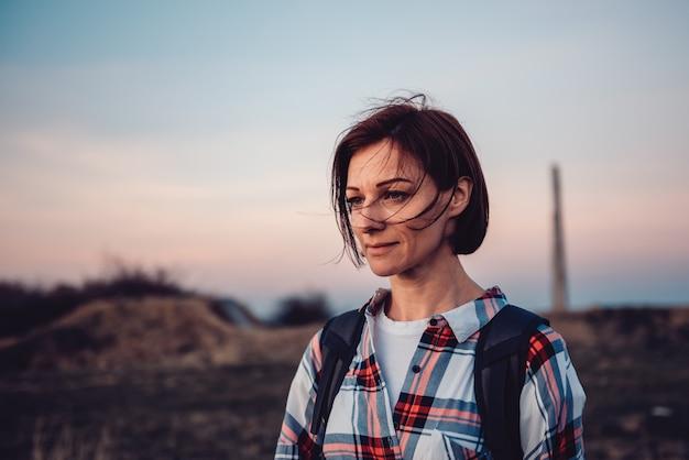 Ritratto della donna che fa un'escursione sulla montagna