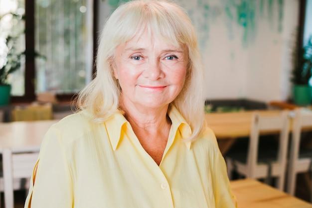 Ritratto della donna dai capelli grigia anziana sorridente